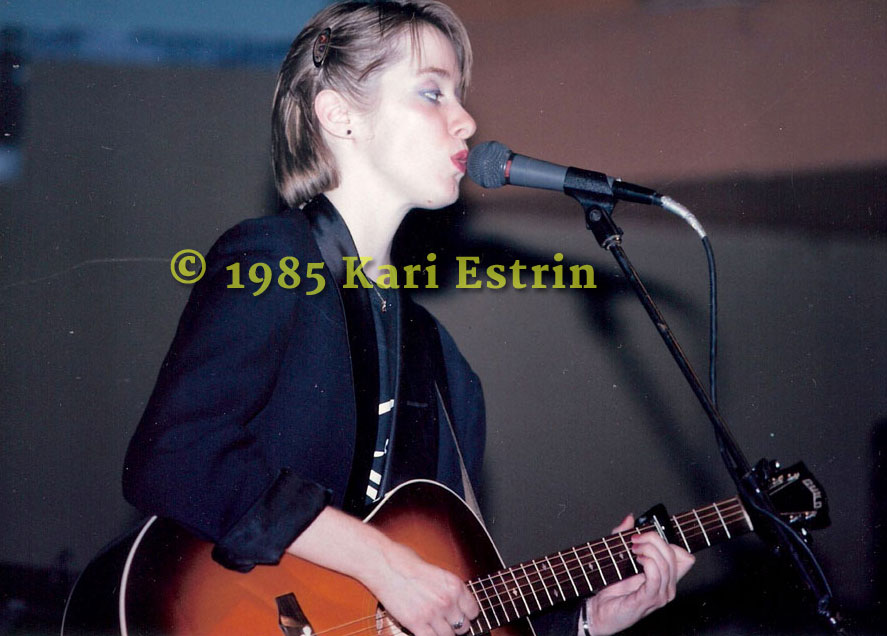 Suzanne Vega in performance 1985